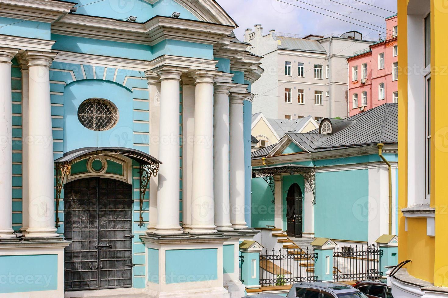 blaue Kirche mit weißen Säulen in der Mitte der bunten Häuser foto