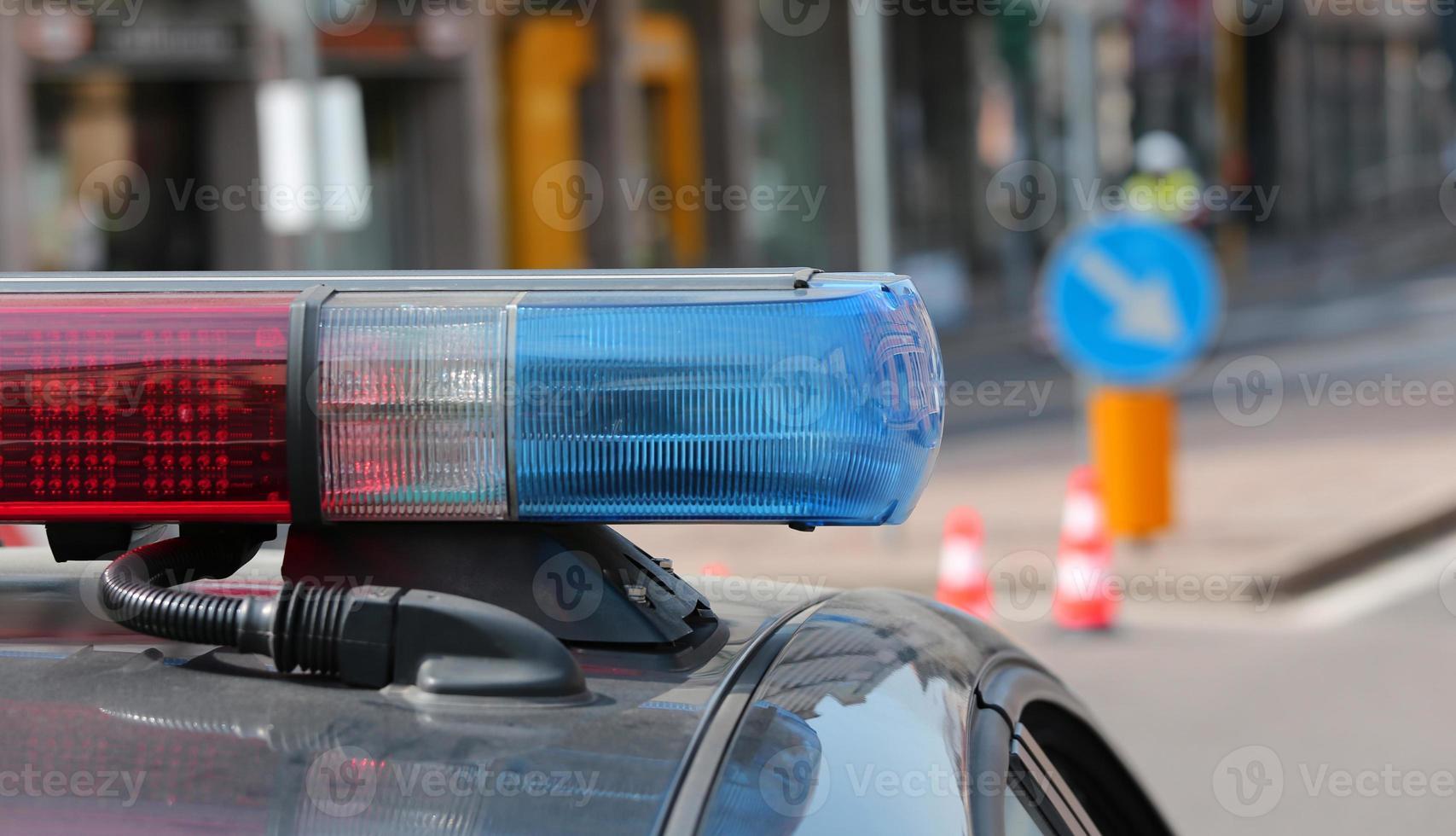 blau und rot blinkende Sirenen des Polizeiautos foto