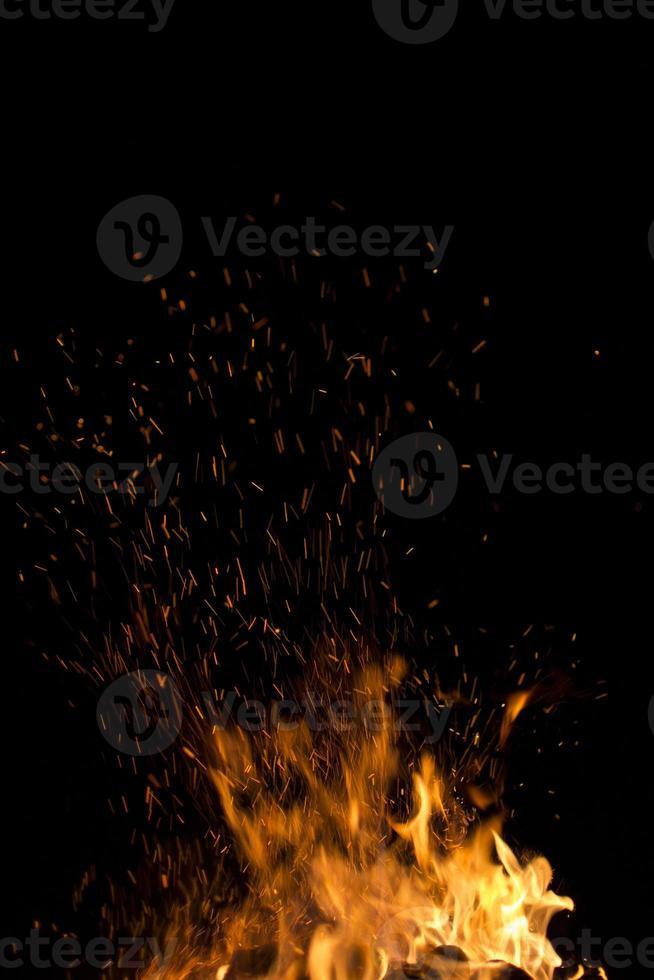 orange Funken auf einem schwarzen Hintergrund foto