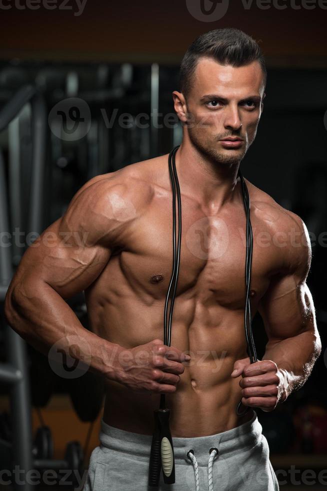 hübsche muskulöse Männer mit Springseil foto