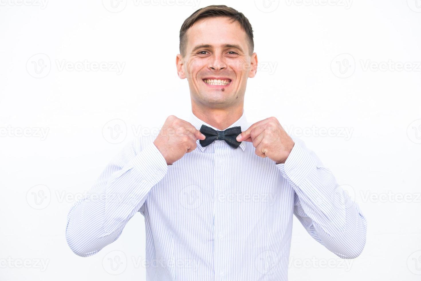 lächelnde Männer lokalisiert auf dem weißen Hintergrund foto