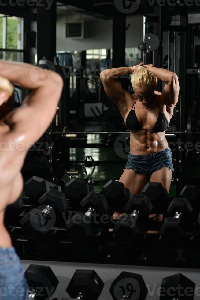 Bodybuilderin mit Bauchmuskeln foto