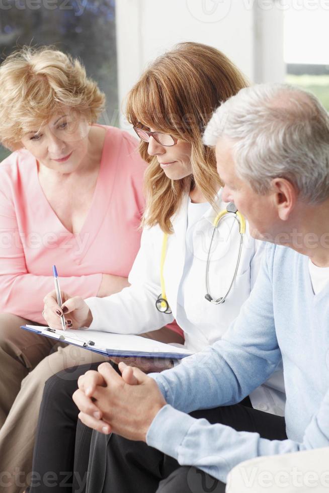 Ärztin mit älterer Patientin foto