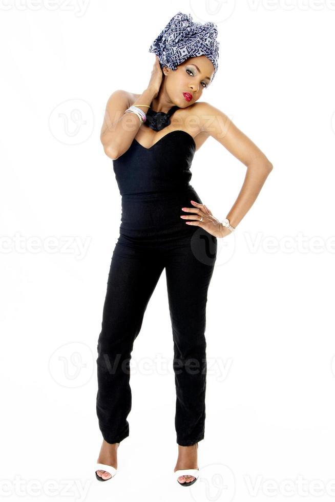 weibliches Modell, das traditionellen Kopfschmuck trägt foto