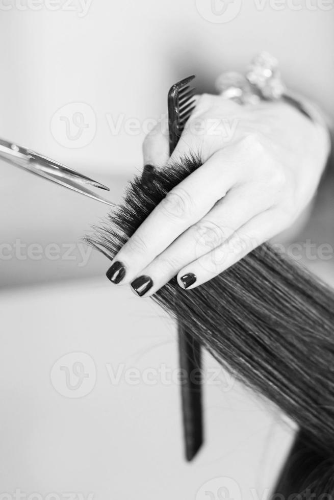 Friseur, der Haare der Kundin schneidet foto