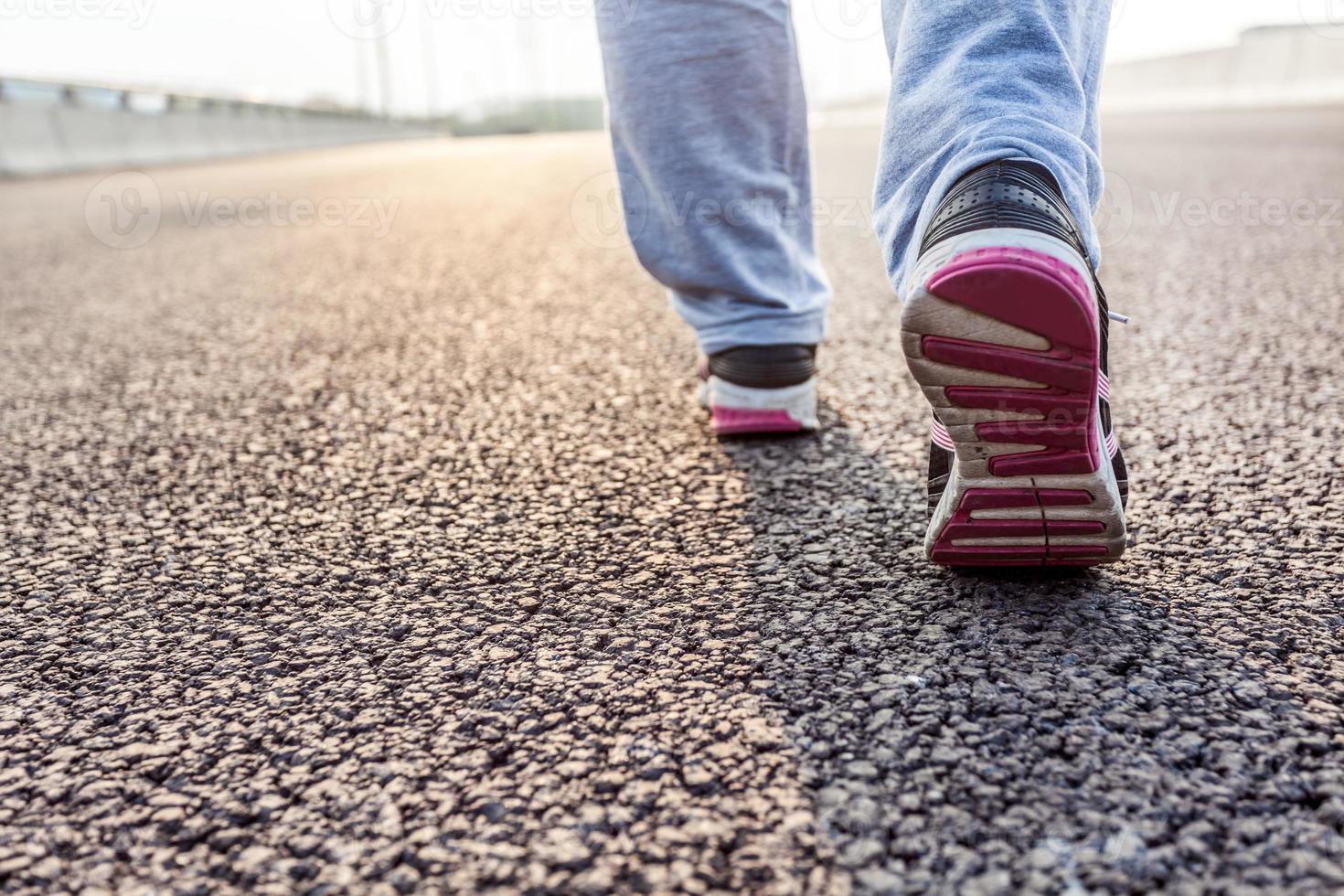Nahaufnahme der Frau, die auf der Straße läuft foto