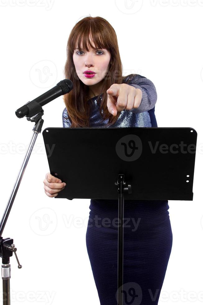 weiblicher öffentlicher Sprecher mit Mikrofon und weißem Hintergrund foto