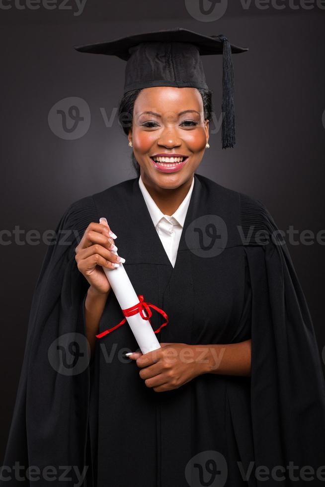 afroamerikanische Studentin mit Abschlusszeugnis foto