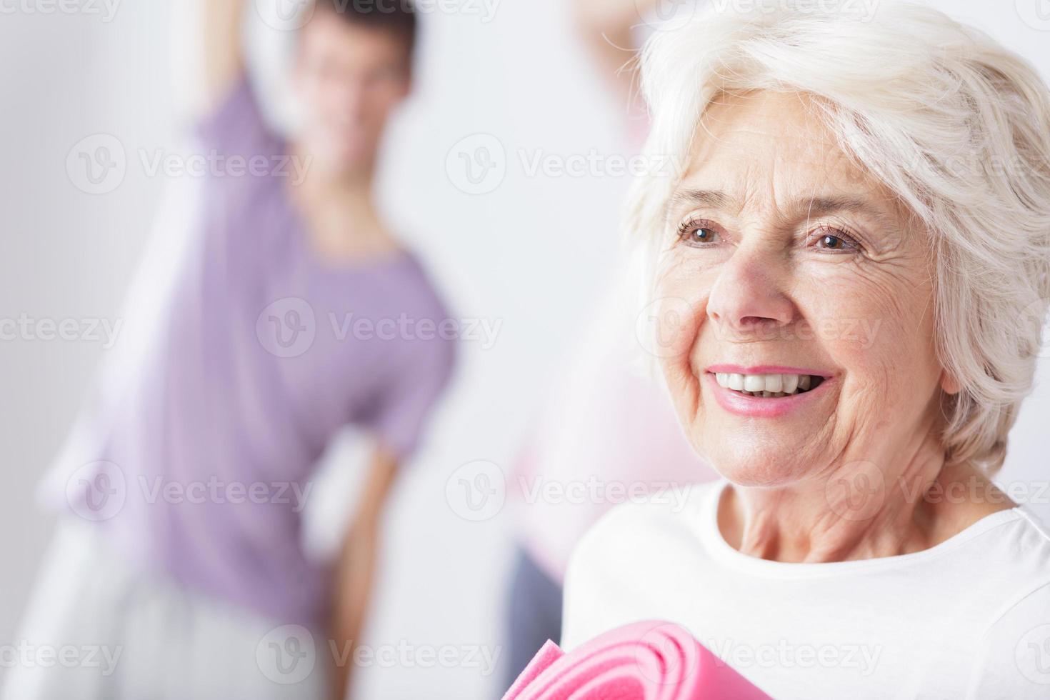 reife sportliche Frau im Studio foto
