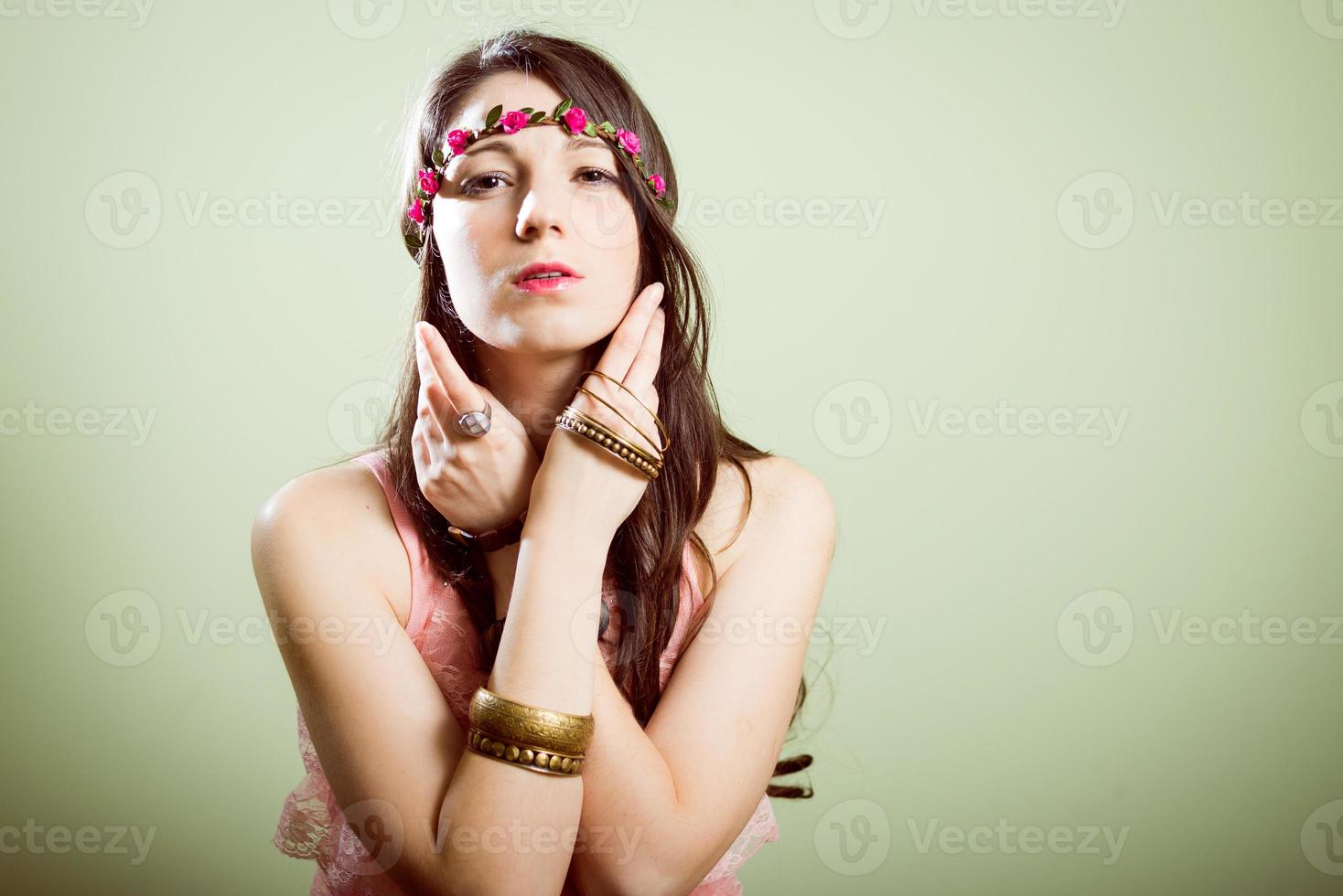 Studioporträt des Hipsters, der trendigen Blumenkranz trägt foto