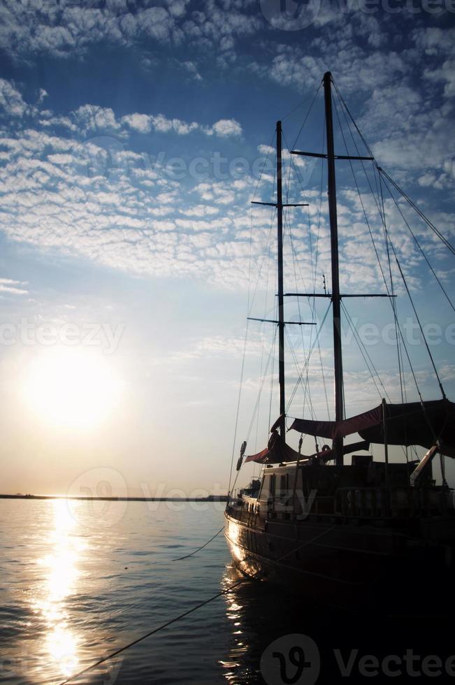 Schiff in der Abenddämmerung foto