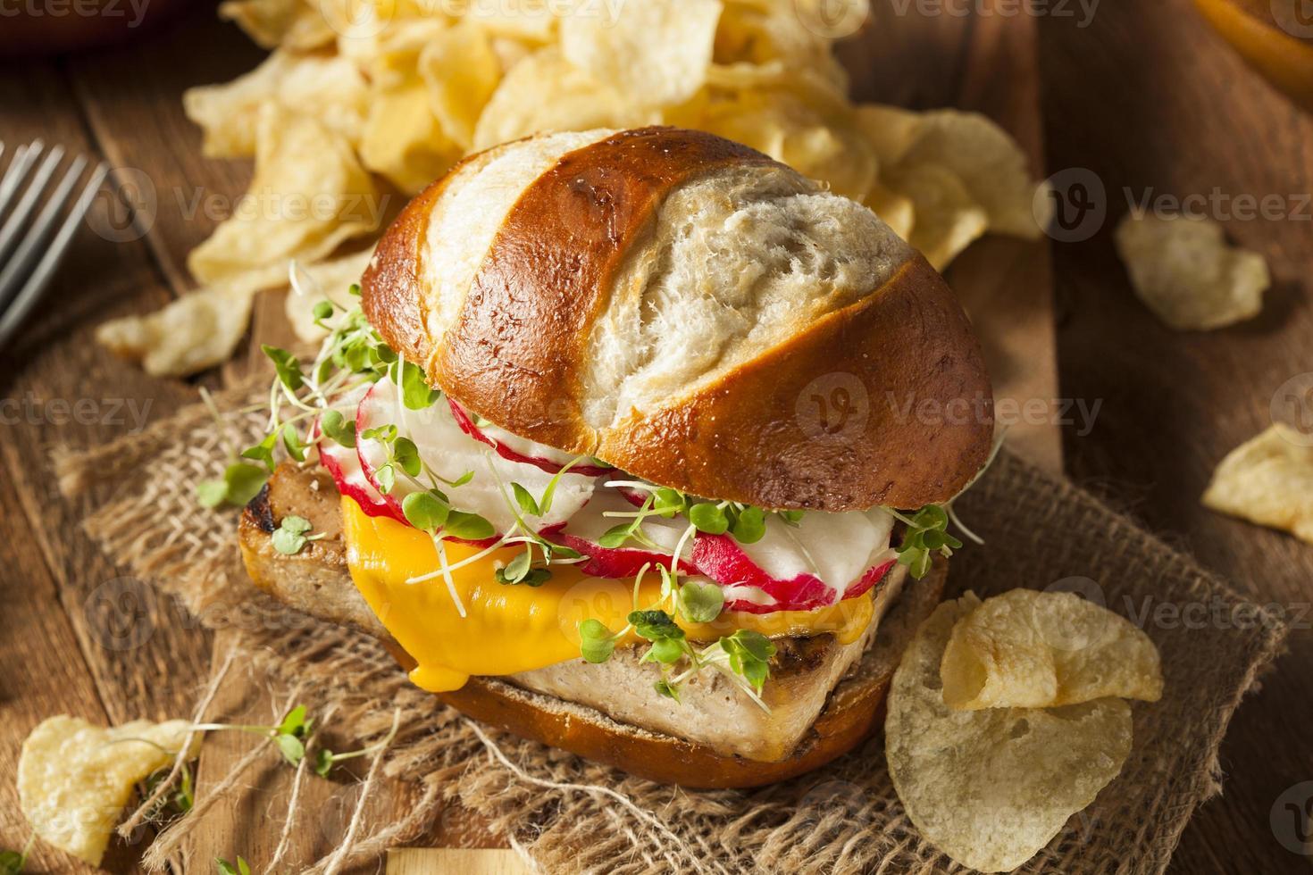 hausgemachter vegetarischer Soja-Tofu-Burger foto