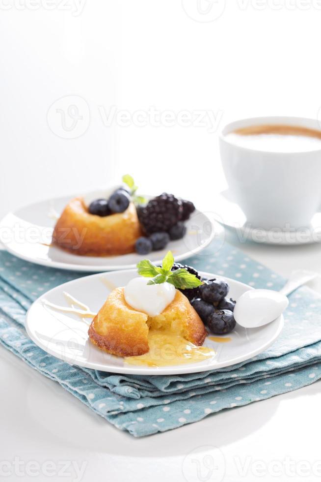 weißer Schokoladen-Lava-Kuchen foto