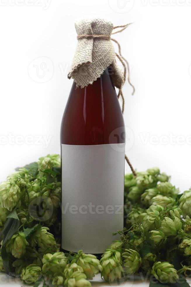 Bierflasche mit Hopfen foto