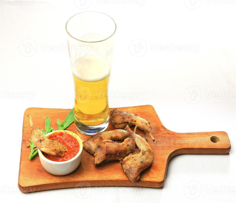 Essen, Hähnchenschenkel auf einem Holztablett foto
