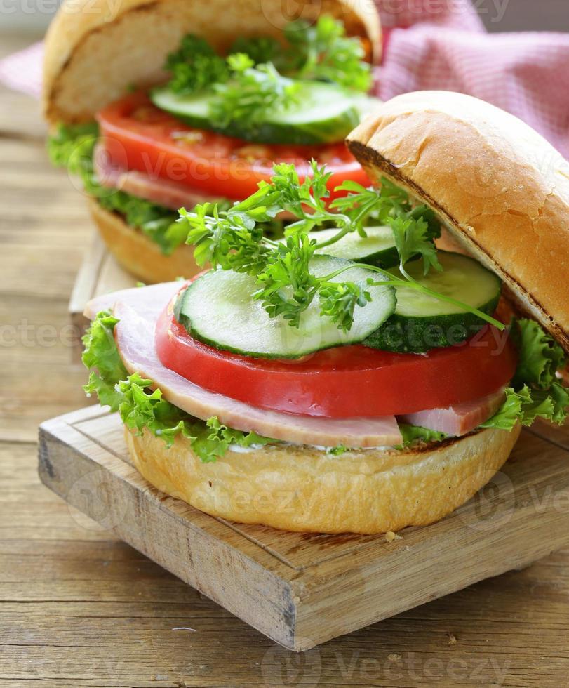Snack-Burger mit frischem Gemüse und Schinken foto
