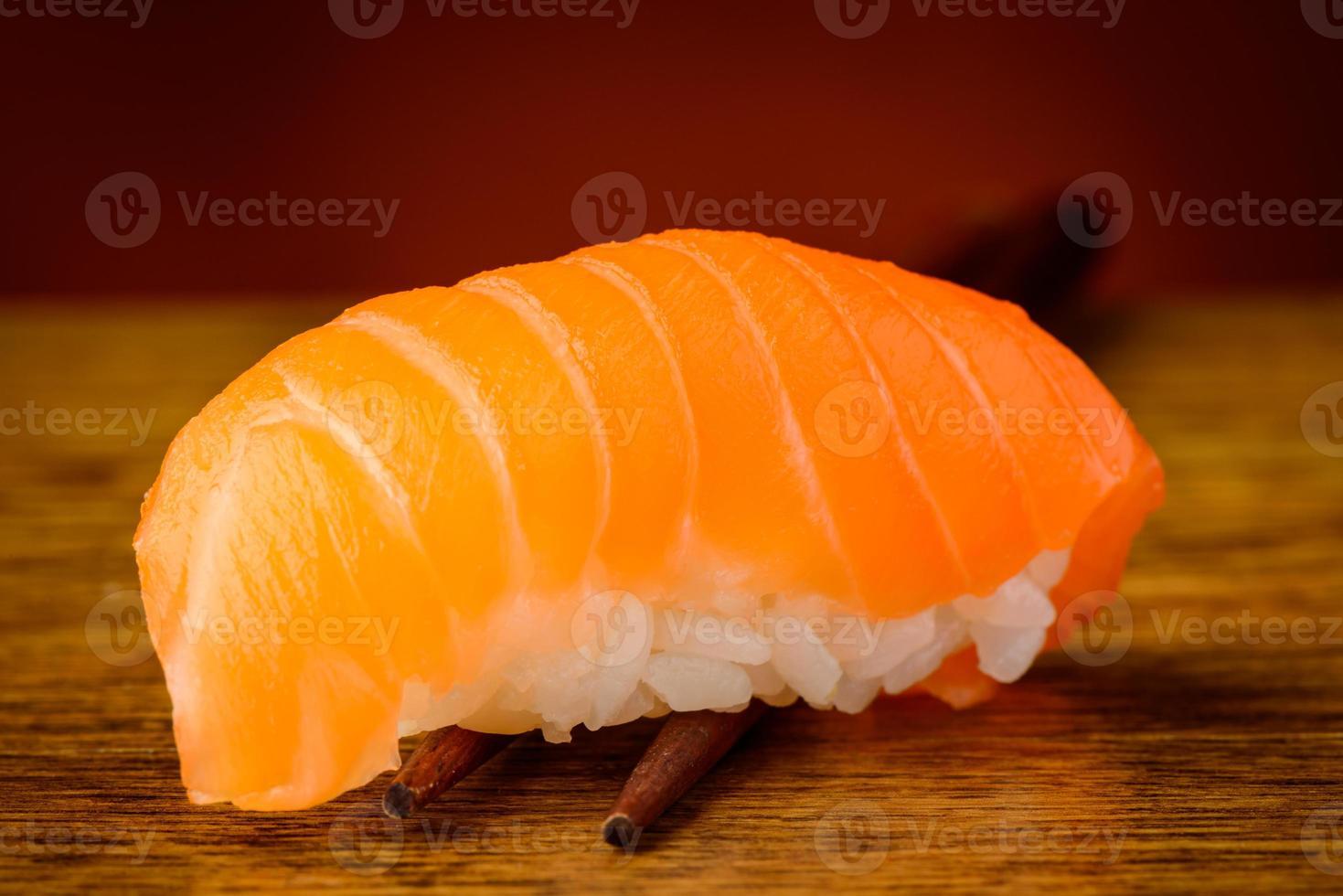 Nigiri-Sushi mit Lachs auf Stäbchen foto