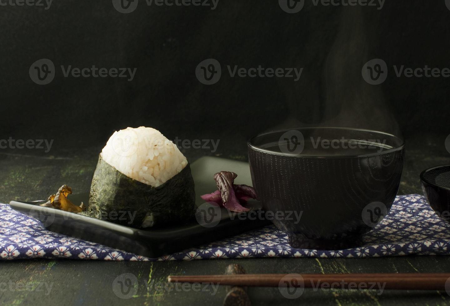 Reisbällchen Onigiri und Miso Suppe foto