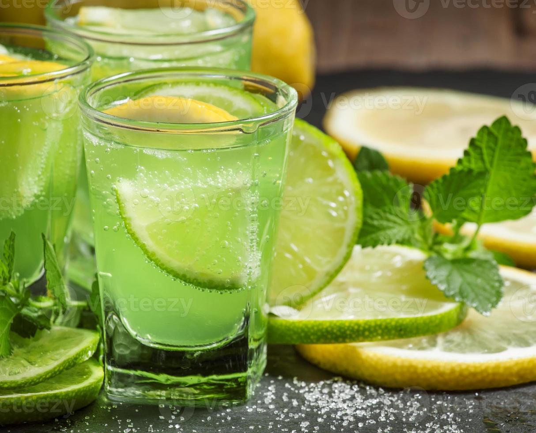 grüner Cocktail mit Wermut, Minze und Zitrusfrüchten foto