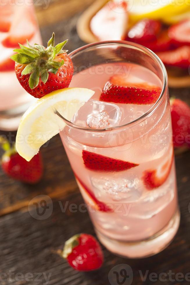 erfrischende eiskalte Erdbeerlimonade foto
