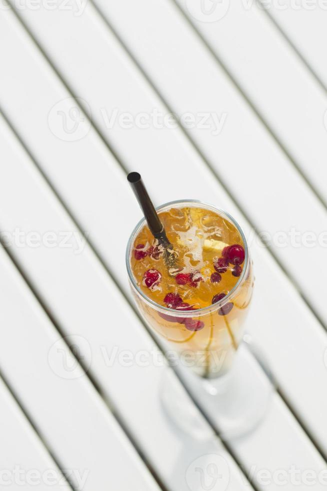Limonade mit Preiselbeeren und Ingwer. foto