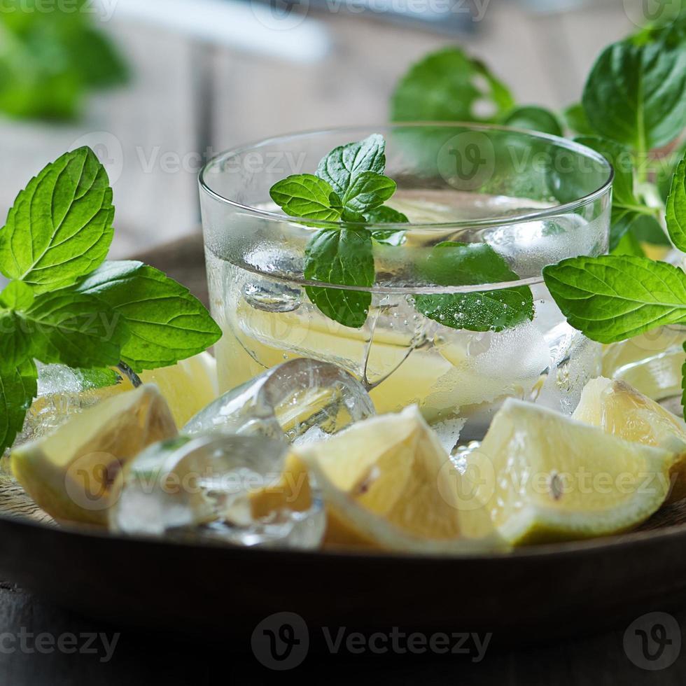 frischer Mojito mit Zitrone, Minze, Eis und Zucker foto