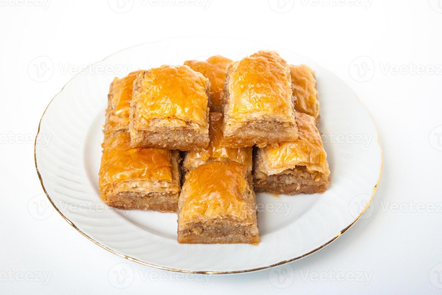 süßes Baklava auf Platte lokalisiert auf weißem Hintergrund. foto