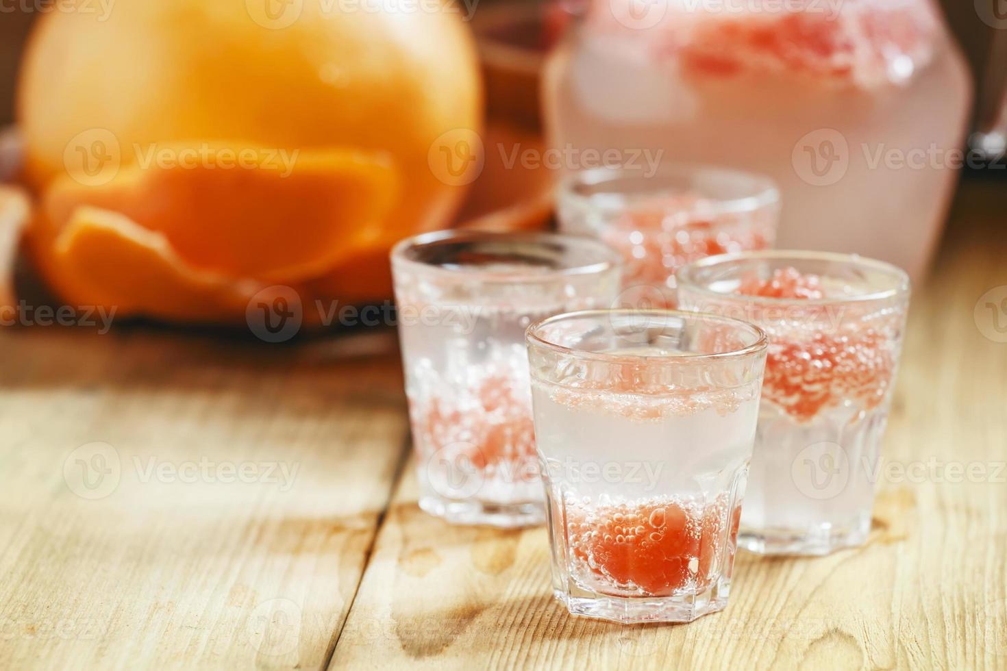 Soda mit rosa Grapefruit in Gläsern foto