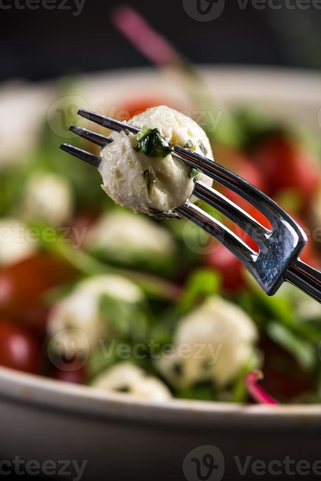 italienischer Salat, Mozzarella und Tomate mit Basilikum foto