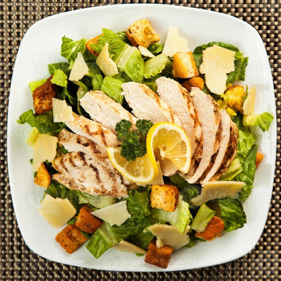 Draufsicht auf gesunden Hühnchen-Caesar-Salat foto