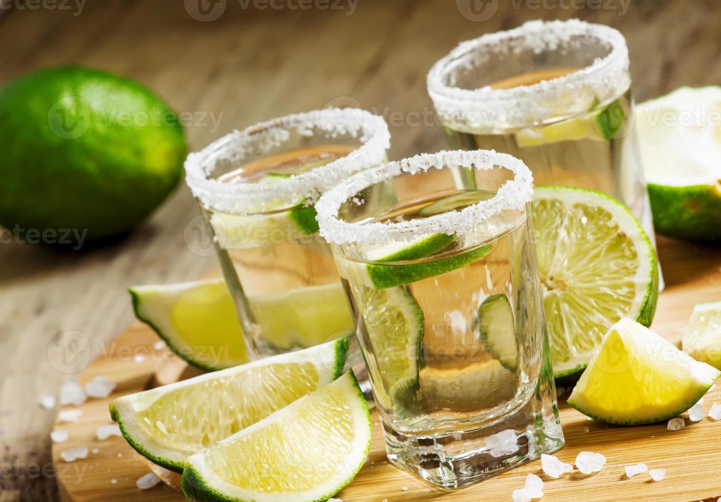 silberner mexikanischer Tequila mit Limette und Salz foto