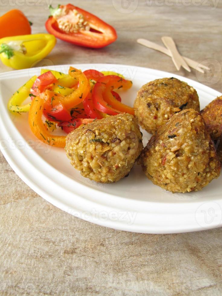Falafelbällchen mit Paprika foto