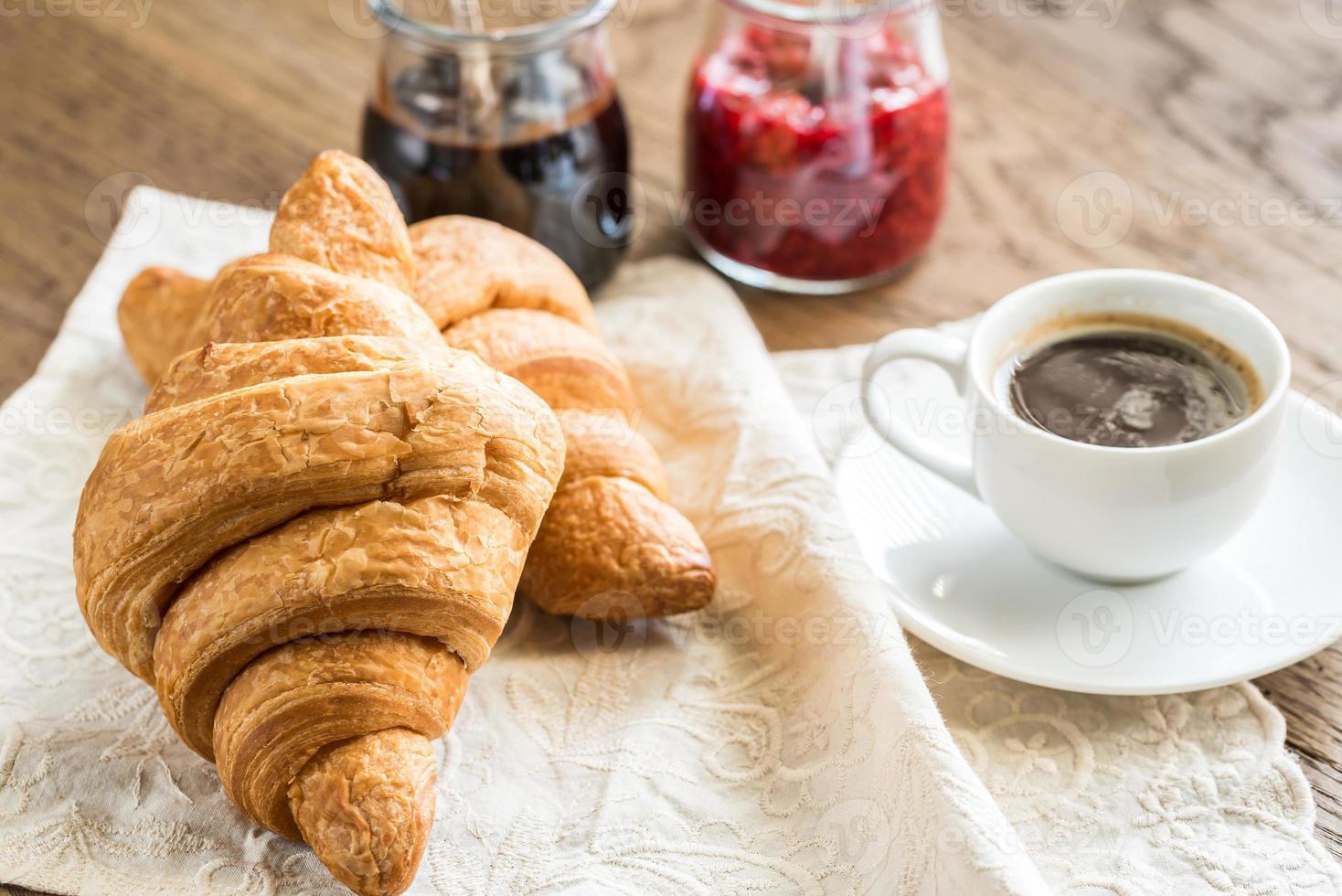 Croissants mit einer Tasse Kaffee foto