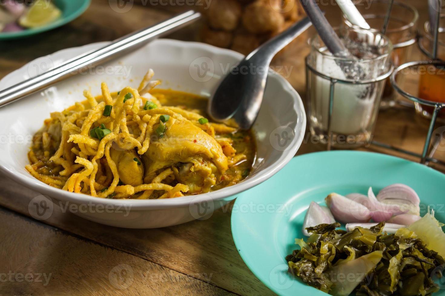 nordthailändische Nudelcurrysuppe (khao soi) nordthailändische Küche, foto