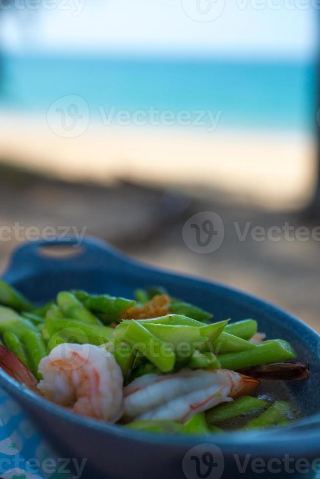 leckeres thailändisches Essen am tropischen Strand foto