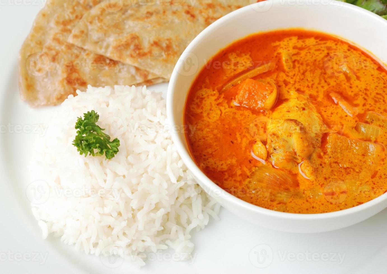 Hühnercurry mit Reis und Roti foto