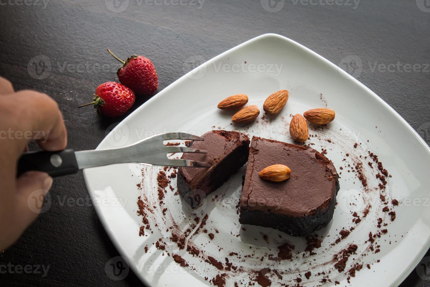 Dessertschokoladenkuchen auf einem weißen Teller. foto