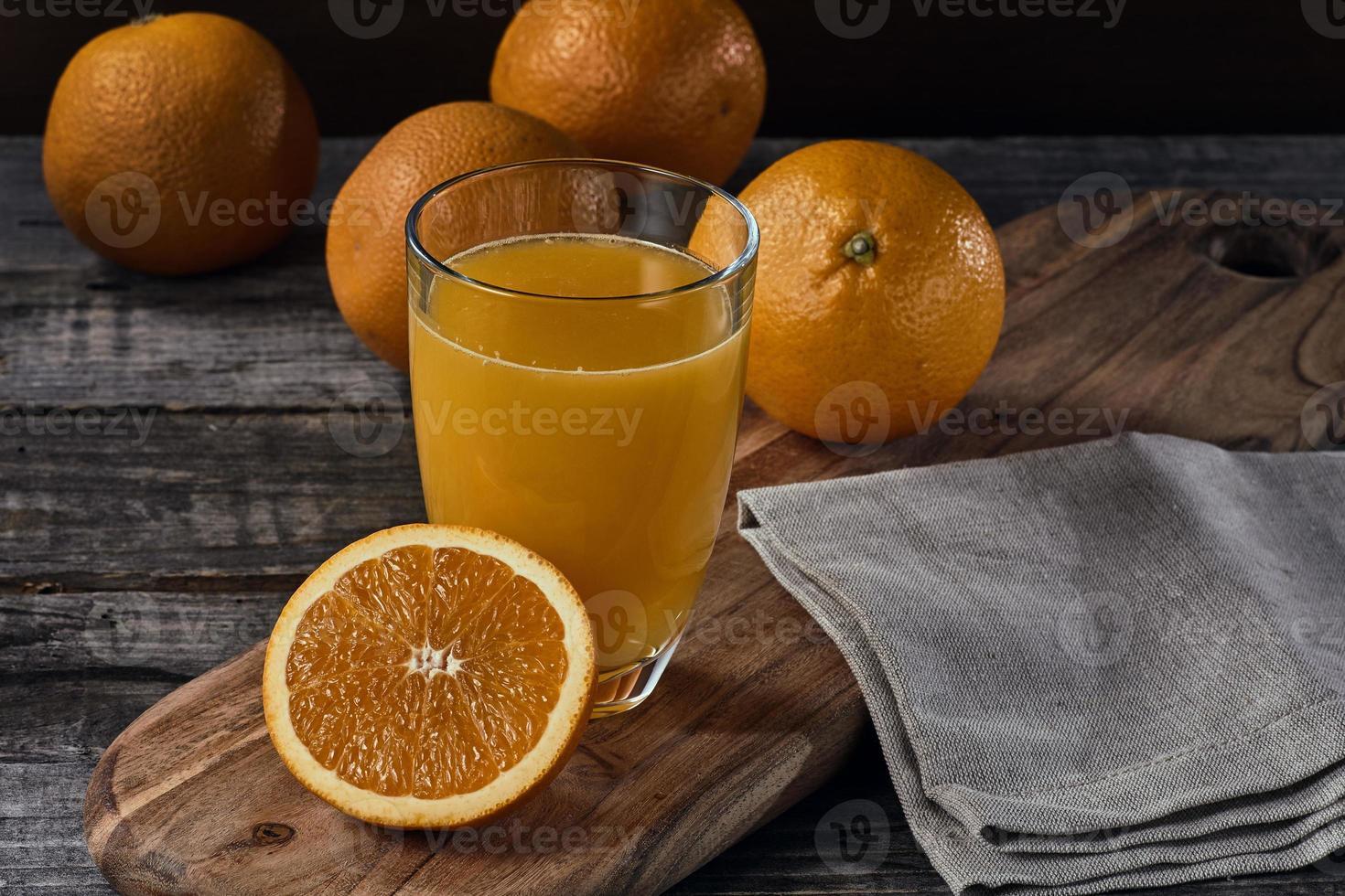 Orangensaft auf Holztisch foto