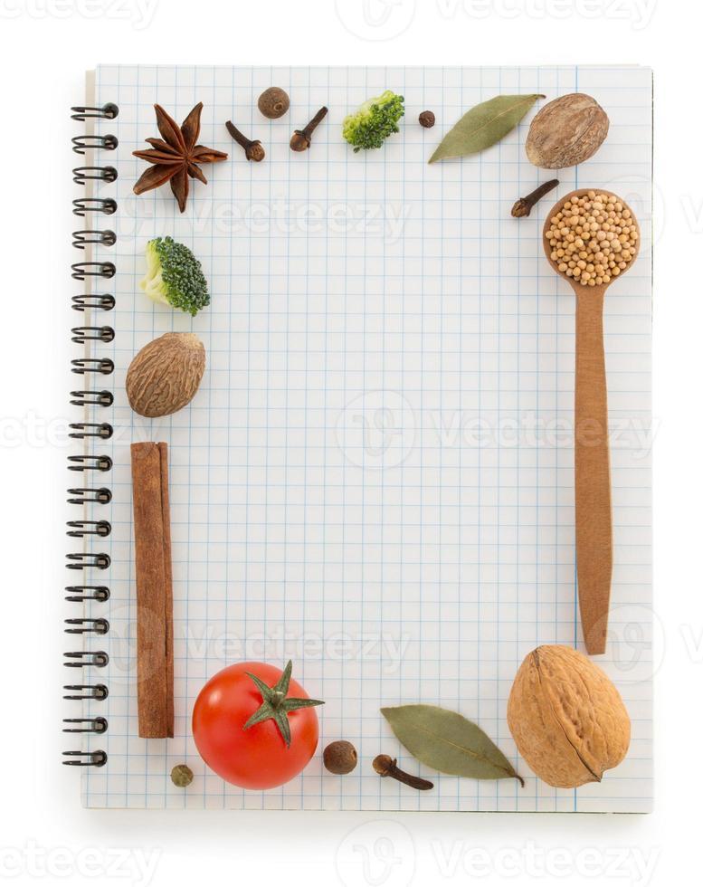Lebensmittelzutaten und Rezeptbuch foto