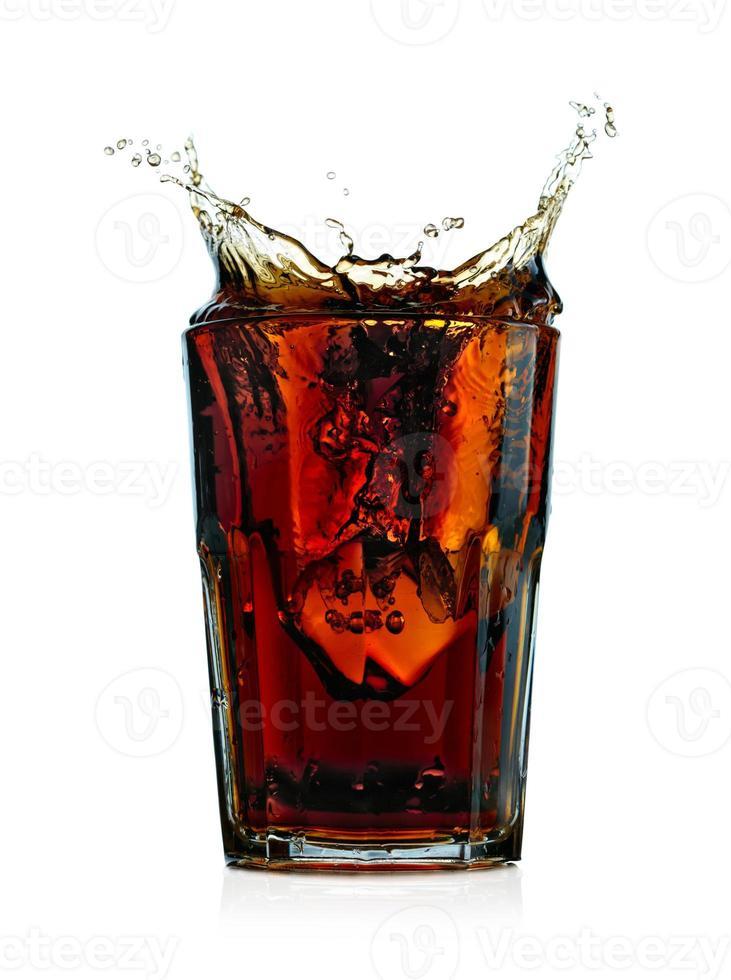 Cola in Glas spritzen. isoliert auf weißem Hintergrund foto