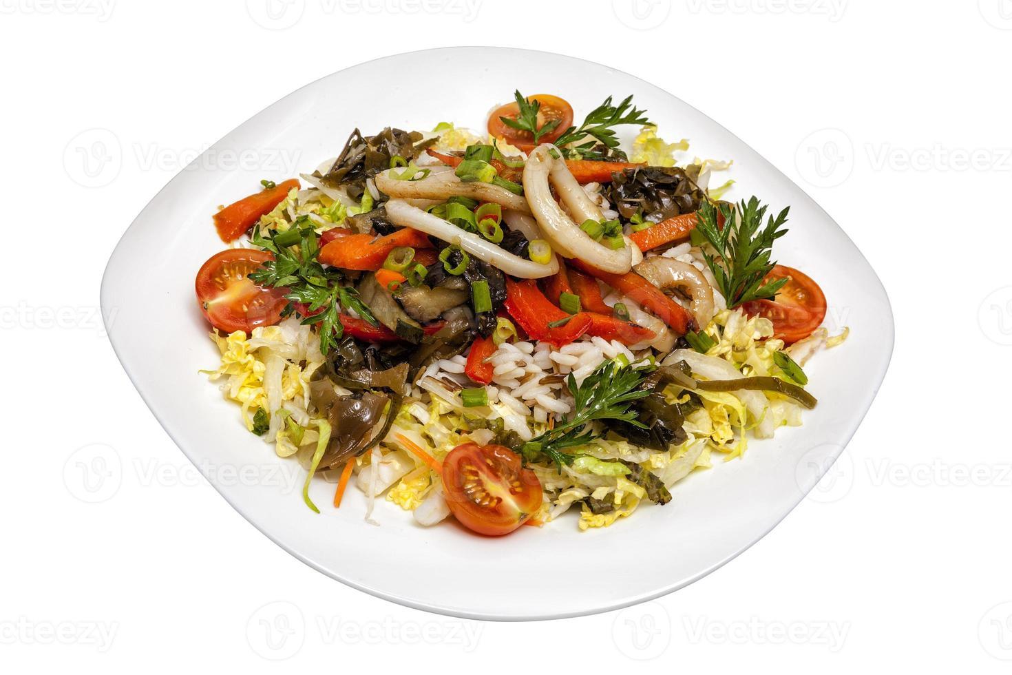 Salat aus Tintenfischen von Reis und Gemüse foto