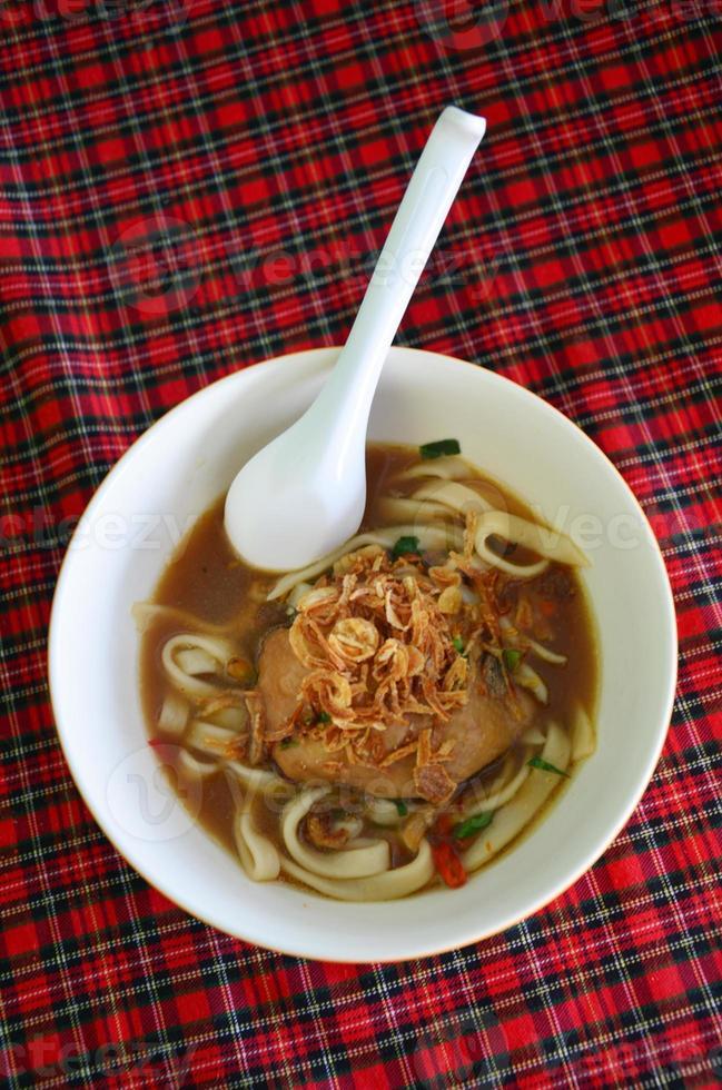 Nudeln mit würziger Hühnchen-Tom-Yam-Suppe foto