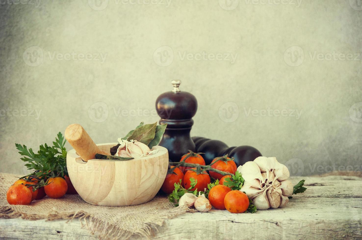 Gemüse frische Tomate mit Zwiebeln, Knoblauch und Gewürzen foto