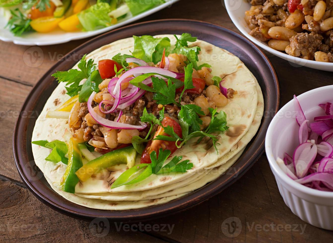 mexikanische Tacos mit Fleisch, Bohnen und Salsa foto