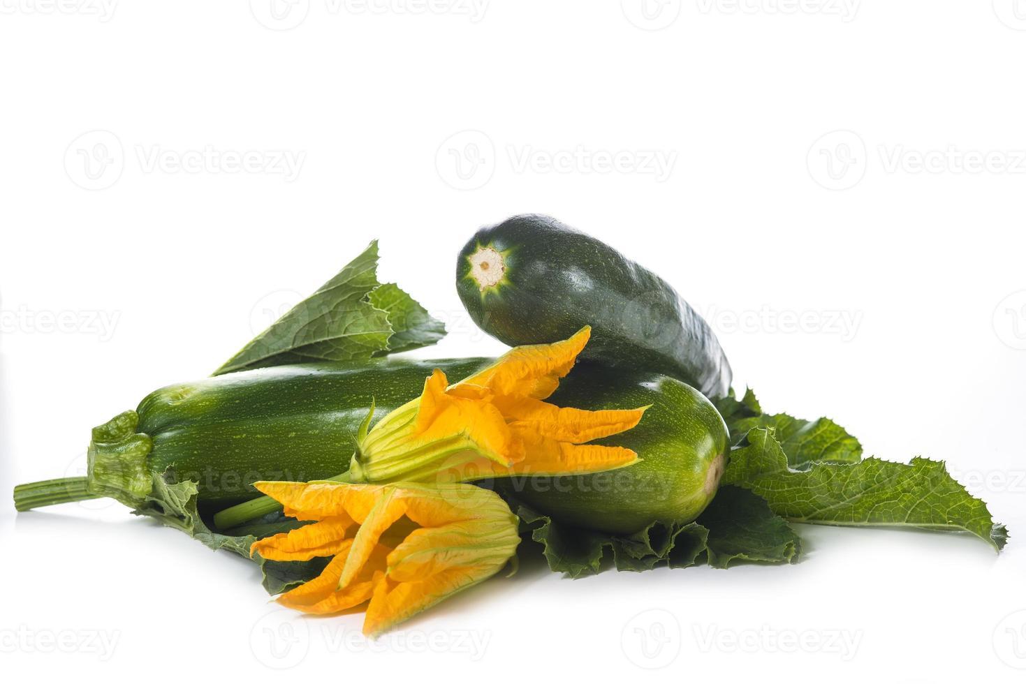 Zucchini mit Blättern und Blüten foto