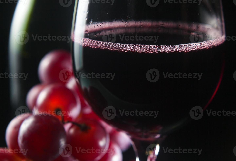 Traube und Glas mit Rotwein foto