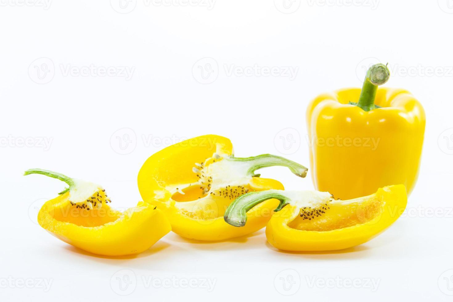 Stücke geschnittener gelber Chili Paprika mit Rohmaterial foto