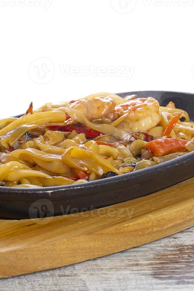 Udon (dicke Weizennudeln) mit gebratenem Fleisch und Gemüse foto