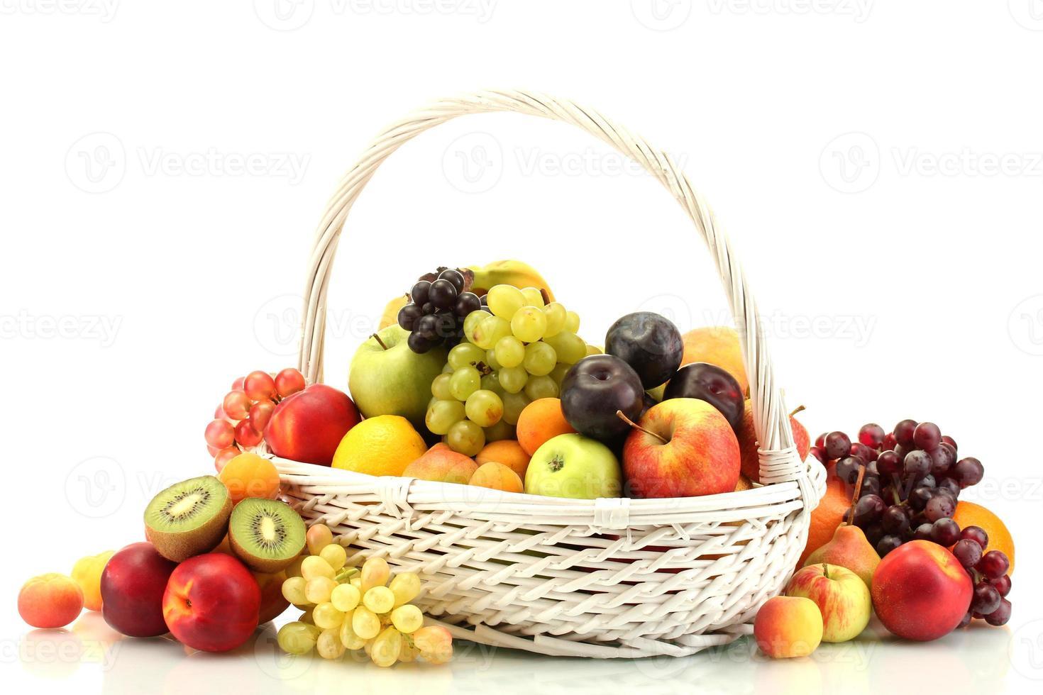 Sortiment von exotischen Früchten im Korb lokalisiert auf Weiß foto