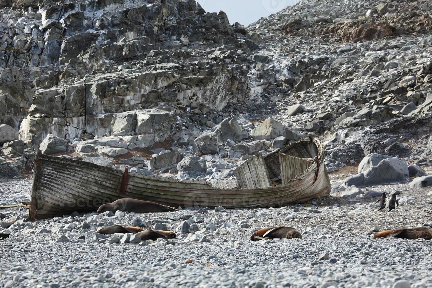 alter ruderboot in der antarktis foto